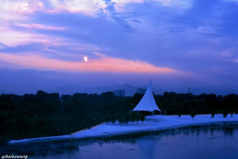 鹿台阁是鹤壁市朝歌文化公园的标志性建筑,建筑面积约2万平方米,采用
