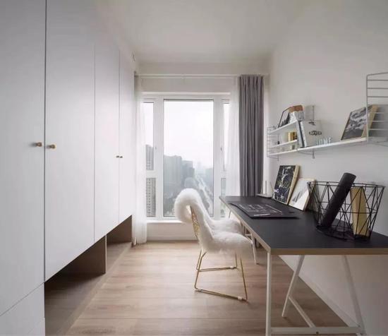 适合沿着书房从里往外布置书桌,而书桌背后则可以装一排书架或收纳柜.