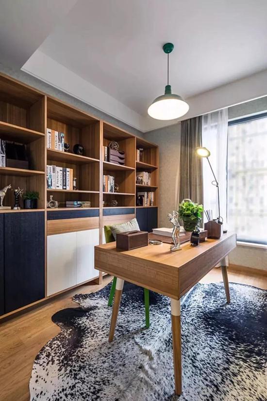 靠窗布置书桌的设计,适合开间较大但进深较小的书房.