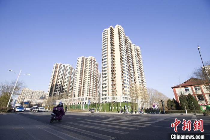 资料图:市民从一封顶楼盘前经过。 <a href='http://www.chinanews.com/'>中新社</a >记者 张云 摄